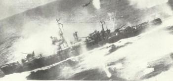 B-25 Mitchell bombardieren im Tiefflug einen japanischen Geleiter