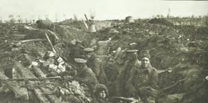 Britische Soldaten besetzen einen einfachen Schützengraben