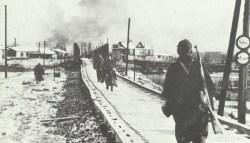 Infanteristen bewachen eine Brücke