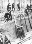 Französische Soldaten bauen einen Panzergraben
