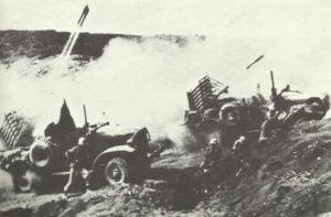 Raketensperrfeuer auf japanische Stellungen