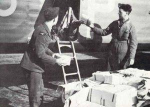 Flugblätter werden in einen englischen Bomber geladen