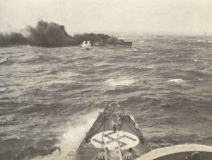 ^der englische Zerstörer HMS Glowworm kurz vor seinem Untergang