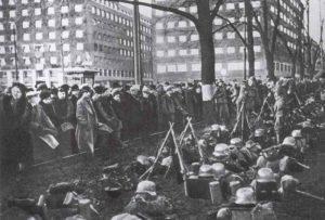 Einwohner von Oslo beobachten deutsche Truppen
