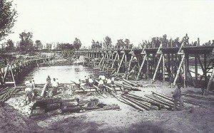 Österreich-ungarische Soldaten beim Bau einer Brücke