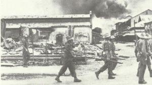 Truppen der Britischen 14. Armee durchkämmen eine Ortschaft