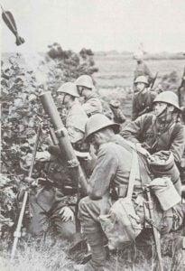 Holländische Soldaten mit einem schweren Mörser