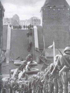 Deutsche Infanterie überquert die Maas