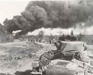 Zwei Panzer IV führen drei Panzer 38 (t)