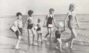 Evakuierte englische Schulkinder am Strand
