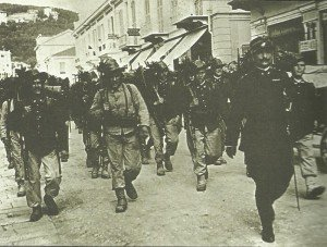 Kolonne italienischer Bersagliari-Infanterie