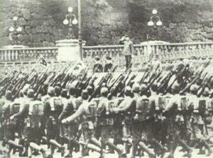 Hirohito nimmt Militärparade ab