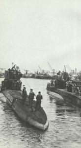 deutsches U-Boot in einem französischen Hafen