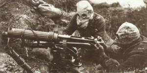 Vickers-MG Mannschaft mit Hypo-Helmen