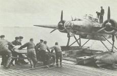 He 115 lädt Torpedo