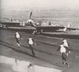 Piloten der RAF rennen zu ihren Spitfire-Jagdflugzeugen