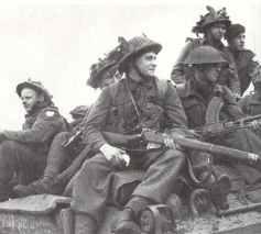 Englische Soldaten rücken auf einem Sherman-Panzer im September 1944 vor