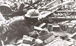 'Tommy' mit Lee Enfield Gewehr deckt einen Bren-MG-Schützen