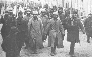 Französische Wachen führen deutsche Gefangene  ab