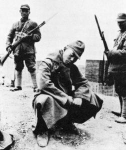 Japanischer Gefangener mit chinesischen Wachen