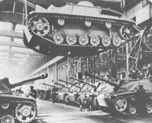 Sturmgeschütze vom Typ StuG in der Endmontage.