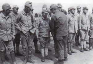 US-Soldat durchsucht Gefangene