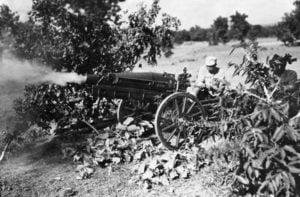 Chinesische Artillerie beim Feuern.