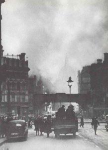 Brennende Häuser in der Nähe der St.Pauls-Kathedrale in der City von London
