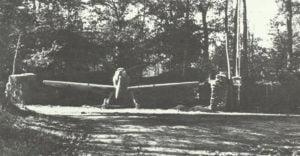 Messerschmitt 109-Jäger in ihren getarnten Splitterschutz-Stellplätzen