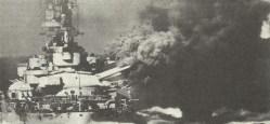 italienisches Schlachtschiff feuert