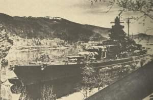Tirpitz liegt vor Anker im norwegischen Fettenfjord