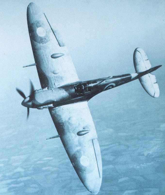 Spitfire VB fliegt Rolle