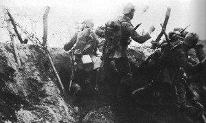 Deutsche Soldaten greifen mit Handgranten an