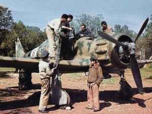 Aufmunitionierung eines Macchi MC200 Saetta Jagdflugzeuges