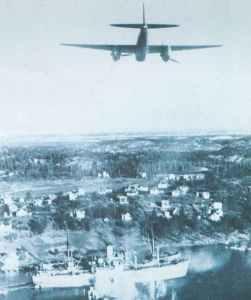 Mosquito FB VI Jagdbomber greift 1944 ein Schiff an