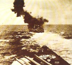 Schlachtkreuzer Gneisenau schießt mit seiner Artillerie
