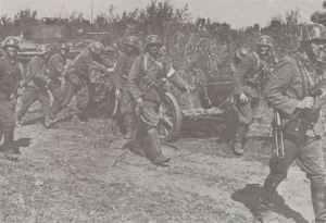 Ungarische Soldaten ziehen eine 5-cm PAK38