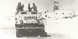Halbkettenfahrzeug von Rommels Afrika Korps vor dem Fort von El Agheila