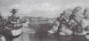 Fliegerbomben fallen in bedrohlicher Nähe der deutschen schweren Einheiten