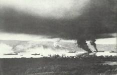 Brennende Schiffe in der Suda-Bucht