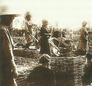 Frauen beim Bau eines Grabens i