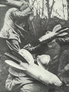 Französische Soldaten schleppen Flügelminen