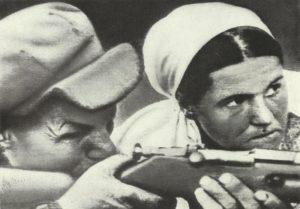russischer Bauer und seine Frau beim Übungsschiessen