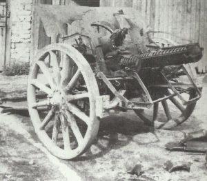 Rohrdetonation zerstörte deutsche 10,5-cm-Feldhaubitze