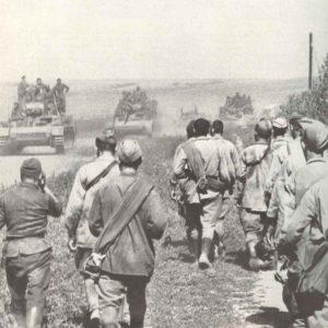 Deutsche Panzer stoßen vor, russische Gefangene fluten zurück.