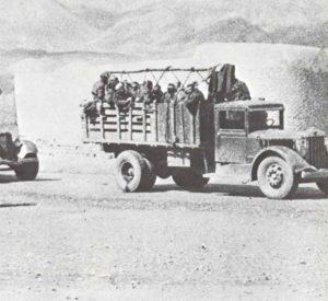 Russische Truppen passieren die iranische Grenze.