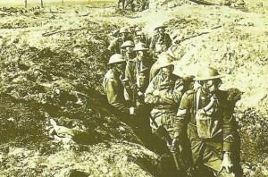 Britische Soldaten mit Gasmasken