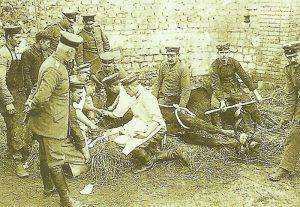 Veterinäre eines deutschen Kavallerieregiments bei der Arbeit