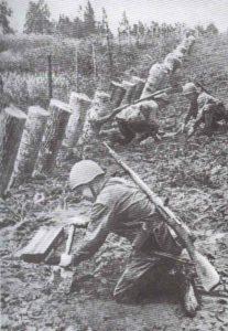 Soldaten der Roten Armee vergraben Minen