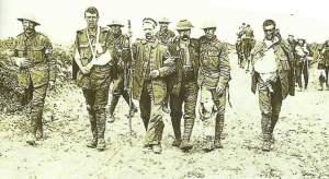 Verwundete britische und ein deutscher Soldat